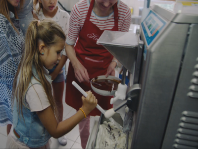 Katja maakt samen met haar kroost ambachtelijk stracciatella-ijs