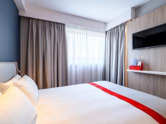 Holiday Inn Express Mechelen Deluxe Room with Flatscreen TV.jpg