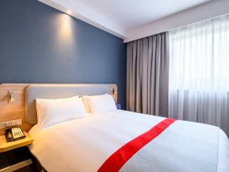 Holiday Inn Express Mechelen Deluxe Room Bed.jpg