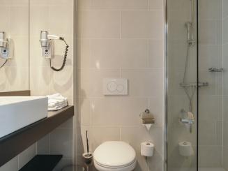 Leopold Hotel Oudenaarde Deluxe Twin Bathroom Toilet_0.JPG