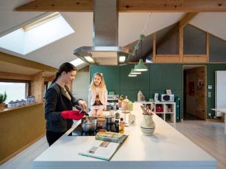 StroEnzo_keuken kookeiland met gasten.jpg