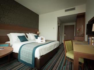 Leopold Hotel Oudenaarde Deluxe King Overview with door to corridor_0.jpg