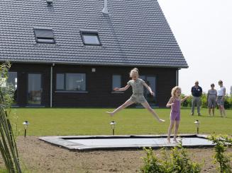 trampoline met kijkers.jpg