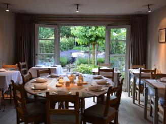 13 februari 2020 - ontbijtruimte met gedekte tafel en zomertuin - kopie.JPG