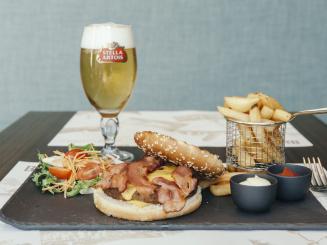 Leopold Hotel Oudenaarde Hamburger and beer_0.JPG