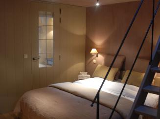 2008-12 DSC_1105 Tourmalijn Bed -doorzicht badkamer-trap_0.JPG