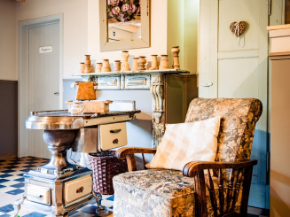 maasland bijdezuster woonkamer kachel en stoel.jpg