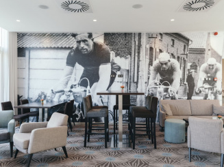 Leopold Hotel Oudenaarde Tables with decorated wall.JPG