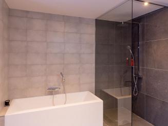 Badkamer gelijkvloers bad en regendouche.jpeg