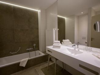 bathroom superior double_twin.jpg