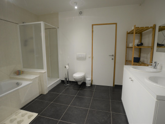 Badkamer beneden overzicht.JPG