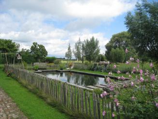 Woning in de velden met zwemvijver en petanquebaan