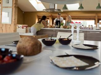 StroEnzo_gedekte tafel en kookeiland.jpg
