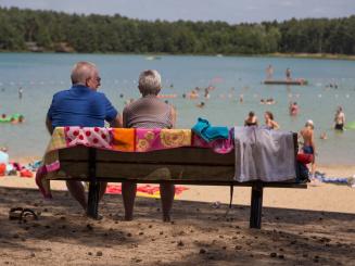 Genieten aan zwemvijver en strand De Lilse Bergen.jpg