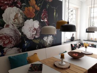 09 VillaEnzo keuken tafel met raamlowres.jpg