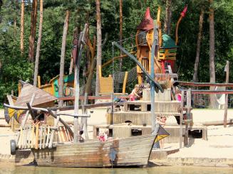 Speeltuin piratenboot aan plonsvijver De Lilse Bergen.jpg