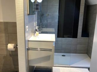 Small bathroom ciel.jpg